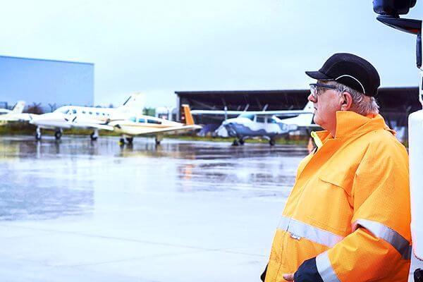 Flughhafenarbeiter in Warnweste und Schutzhelm