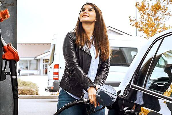 Frau tankt an einer MTB Tankstelle » Wahr Energie