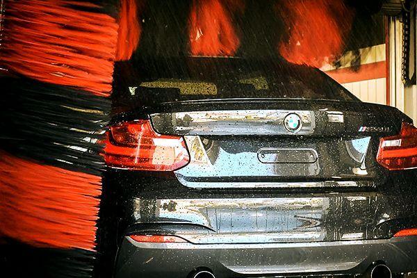 Auto in einer MTB Waschanlage » Wahr Energie