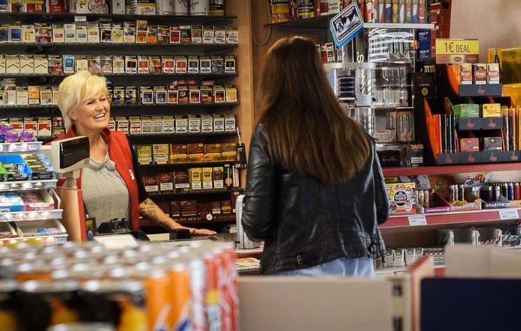 Frau kauft im Tankstellenshop ein