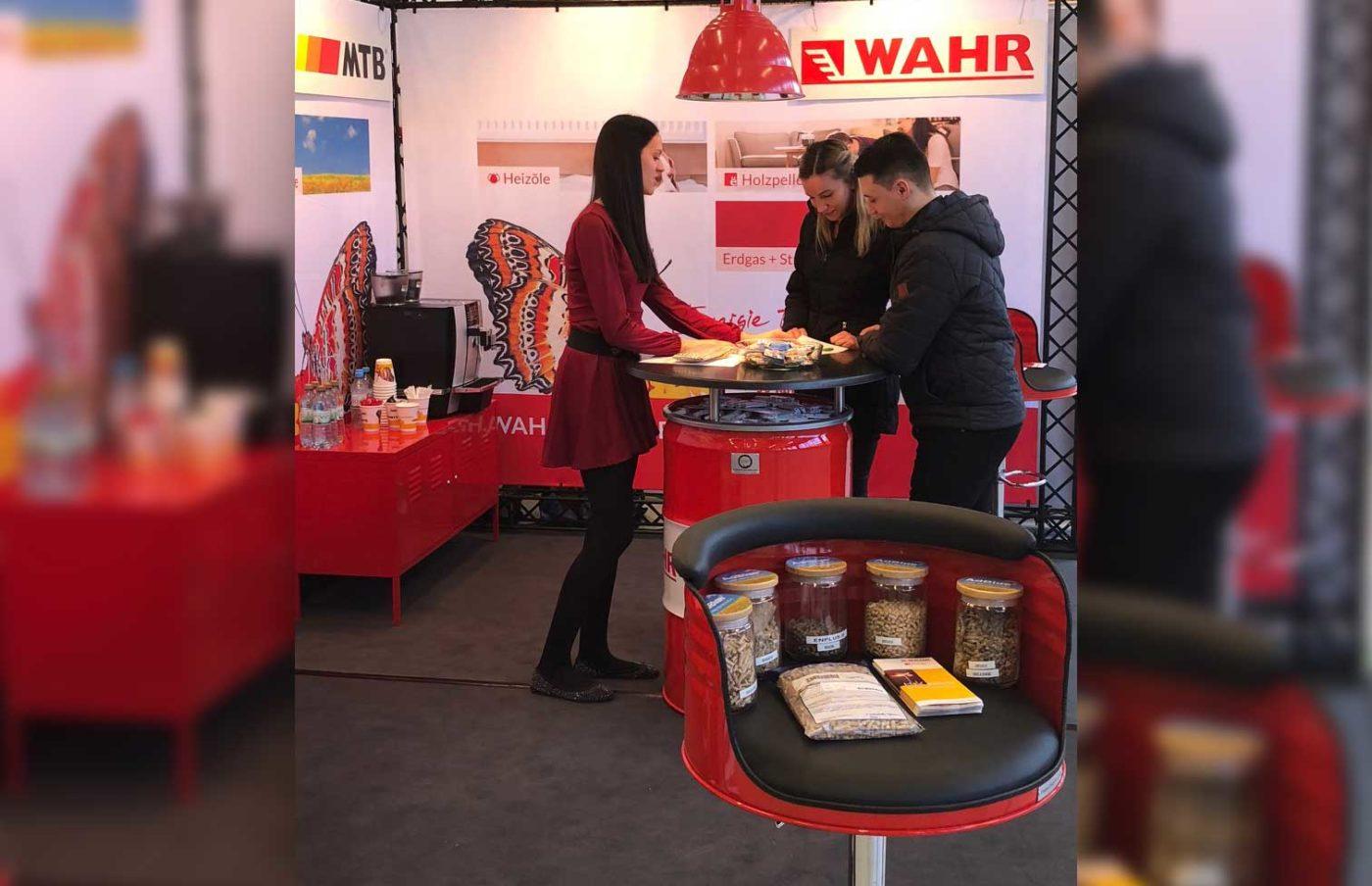 Kundengespräch auf dem Messestand von Fritz Wahr Energie