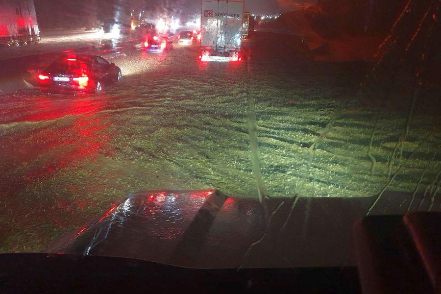 Überschwemmungen auf der A8 bei Pforzheim